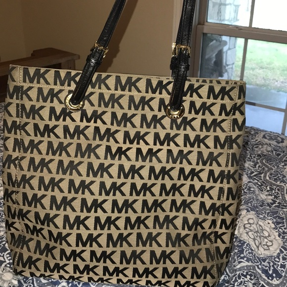 c5e4abc72625 Michael Kors Cloth Purse. M 5b67129a74359b2ddc7bcc30